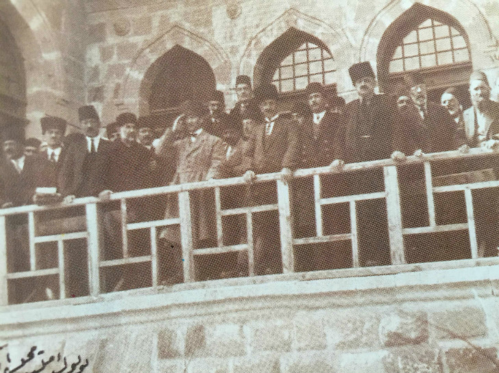 Mustafa Kemal ve Milletvekilleri II. İnönü Zaferi Kutlama Töreninde