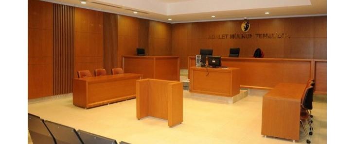 mahkeme salonu avukat