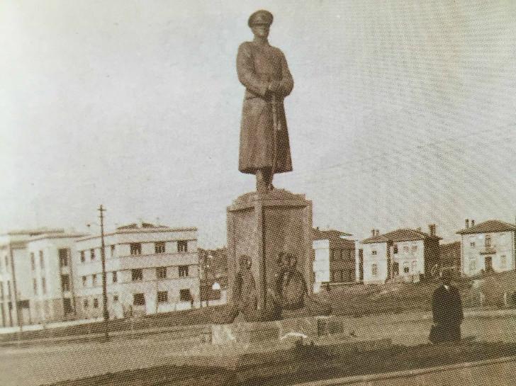Zafer Anıtı ve Arkada Sağlık Bakanlığı Binası