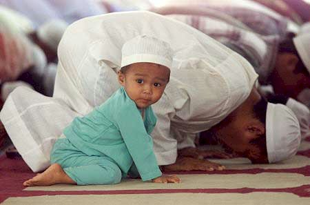 babasıyla namaz kılan çocuk