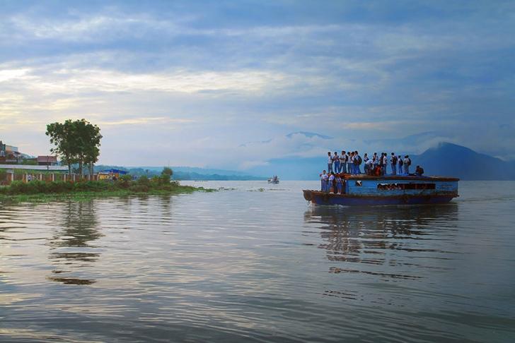 okula giden çocuklar tekne endonezya