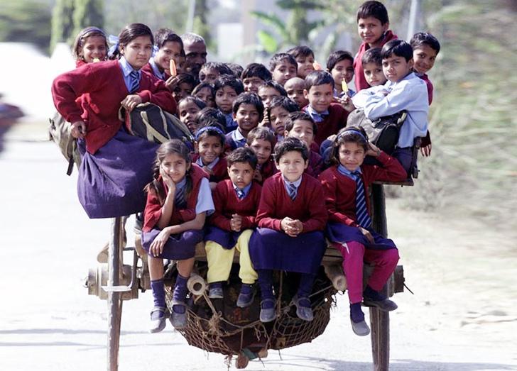 okula giden çocuklar at arabası hindistan