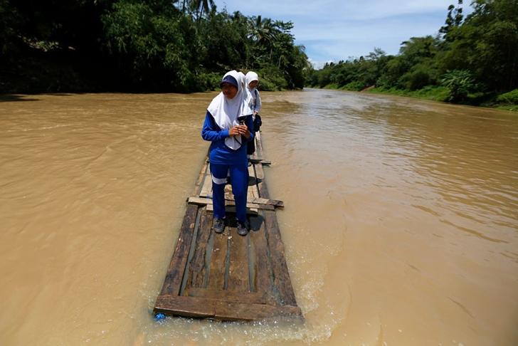 okula giden çocuklar nehir endonezya