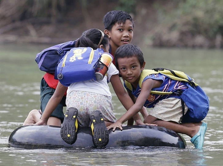 okula giden çocuklar nehir filipinler