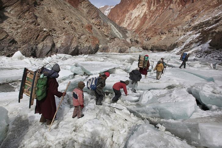 okula giden çocuklar himalayalar hindistan
