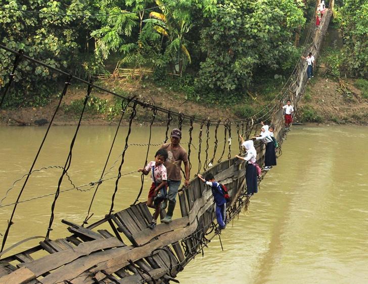 okula giden çocuklar köprü endonezya