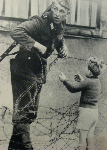 berlin-duvarı-dikenli-telden-geçen-çocuk