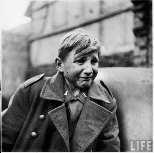 hans-enke-ağlayan-çocuk-asker-2.-dünya-savaşı