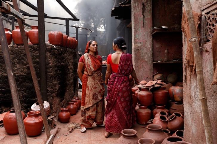 küpler ve iki kadın fotoğrafı