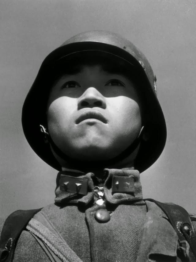 Robert Capa - Çocuk Asker fotoğrafı