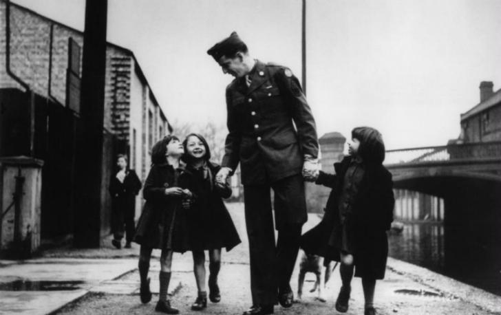 Robert Capa - Amerikan Asker 3 İngiliz Yetimle