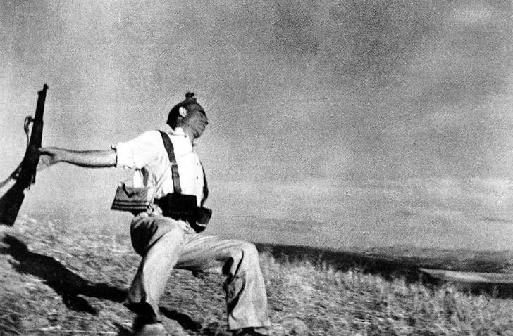 Robert Capa - Düşen Asker