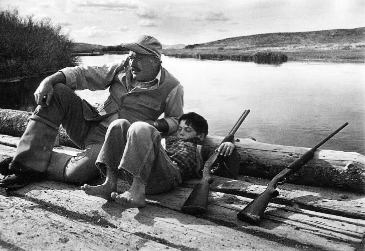 Robert Capa - Ernest Hemingway ve oğlu Gregory 1941