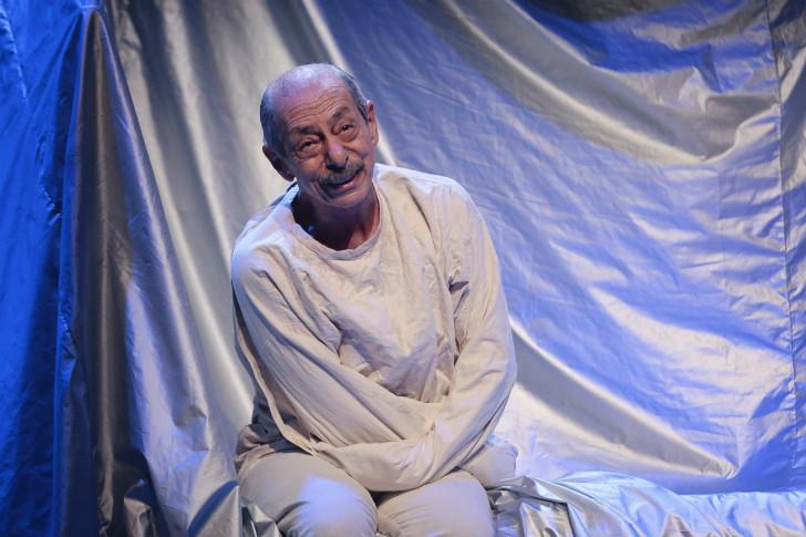 bir delinin hatıra defteri, gogol, genco erkal, erdal beşikçioğlu, türk tiyatrosu, türk tiyatrosu önemli oyunlar, türk tiyatrosu nedir, en önemli tiyatro oyunları, türk tiyatro oyuncuları