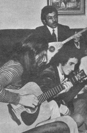 neset ertasa gitarla eslik ediliyor-min