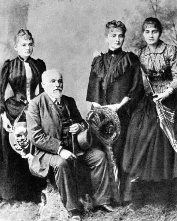 Marie Curie, babasi ve ablalariyla