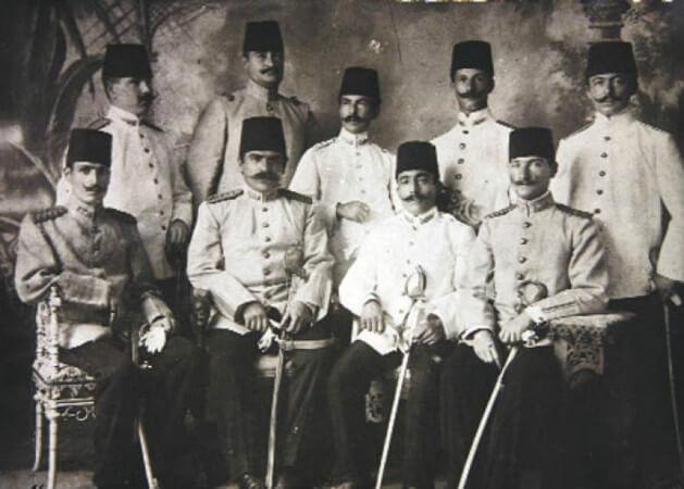 kurmay yuzbasi Mustafa Kemal arkadaslari ile 1906