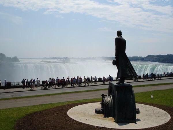 Niagara selalesi ve Tesla heykeli