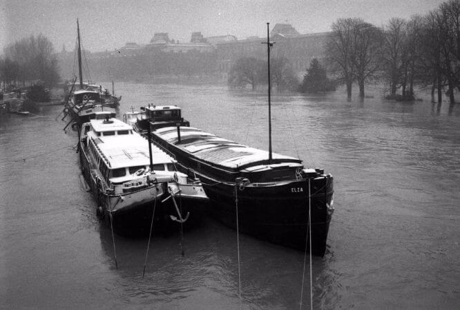 Edouard Boubat, Bateaux sur la Seine Inondation a Paris, 1987