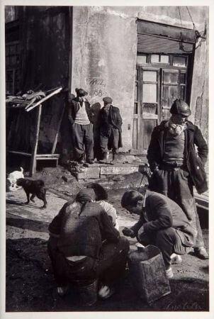 Ara Guler, Galata, Kalafat Yerinde İs Bekleyen Hamallar, 1958