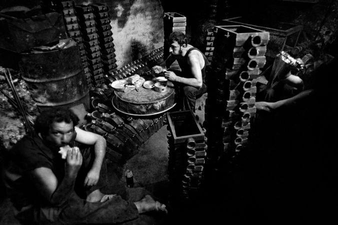 Ara Guler, Ogle Molasinda Yelkenci Han'da Onarim İskelesinde Yemek Yiyen İsciler, 1986