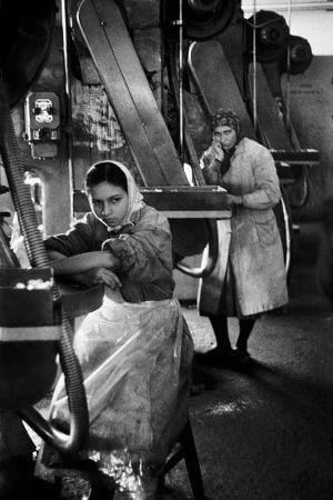 Ara Guler, Taslitarlada Aku Fabrikasinda Calisan Kadinlar, 1959