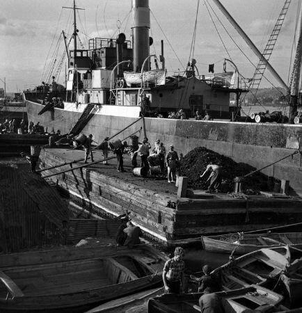 Ara Guler, Unkapani Koprusu'nde Gemiden Komur Tasiyanlar, 1956
