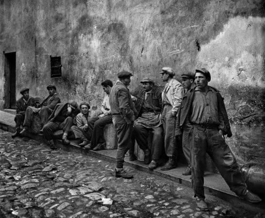 Ara Guler, Yag İskelesinde İs Bekleyen İsciler, 1954