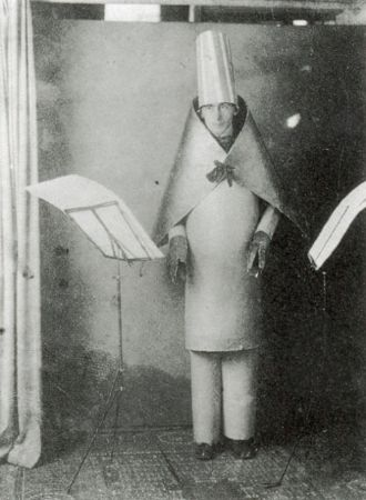 Hugo Ball, Cabaret Voltairede Karawane siirini okurken