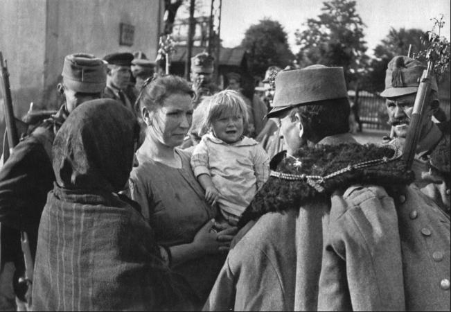 Andre Kertesz, Red Hussar Leaving, Budapeste, 1919