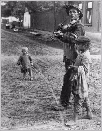 Andre Kertesz, Wandering Violinist, Macaristan, 1921