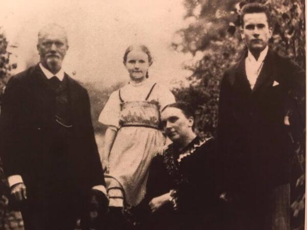 Carl Gustav Jung, babasi, annesi ve kardesi ile