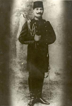 Harp Akademisinden mezun olan Kurmay Yuzbasi Ataturk, 11 Ocak 1905
