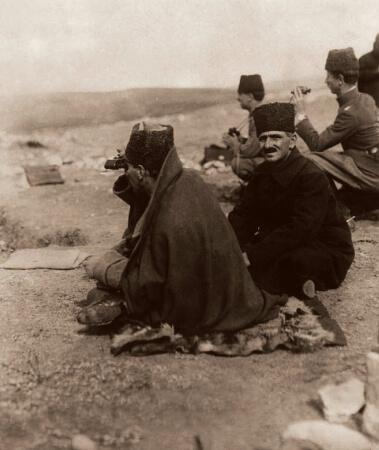 Zafer Tepeden Duatepede cereyan eden muharebeleri takip ederken, Polatli, Ankara, 9 Eylul 1921