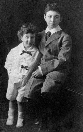 Robert Oppenheimer ve kardesi Frank, 1915