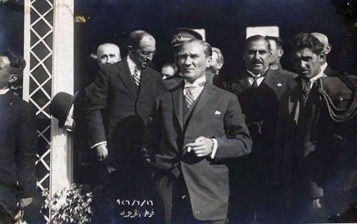 ataturk, naim palas onunde, 1926