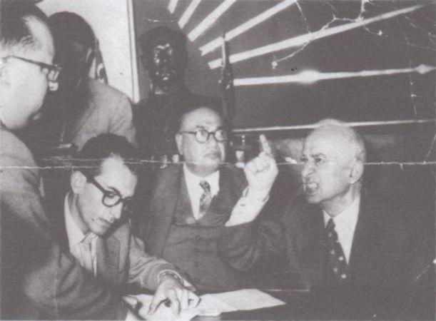 İsmet İnönü'nün İstanbul Valisi Ethem Yetkiner'i kovduğu an. (1 Haziran 1958) Ortada not alan genç gazeteci Vatan muhabiri Hilmi Yavuz