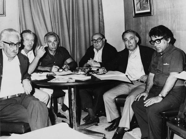 Ahmet Muhip Dıranas, Oktay Rifat, Necati Cumalı, Fazıl Hüsnü Dağlarca, Behçet Necatigil ve Ümit Yaşar Oğuzcan, Türkiye İş Bankası Altın Kumbara Çocuk Şiirleri jüri toplantısıdalar, 1974