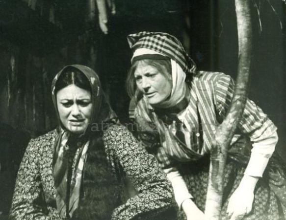 Pembe Kadın oyunu Sema Özcan ve Yıldız Kenter, 1965