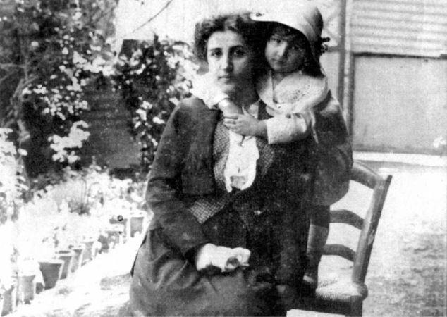 Füreya Koral ve annesi, 1913
