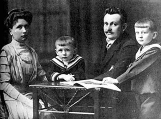 Annesi, babası ve kardeşiyle, 1910