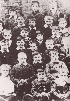 Hanwell'deki Merkez Londra Bölgesi Yoksullar Okulu'nda 7 yaşındaki Charlie (alt ortada)