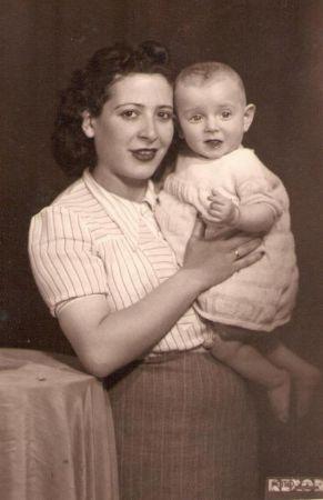 Tomris Uyar ve Annesi
