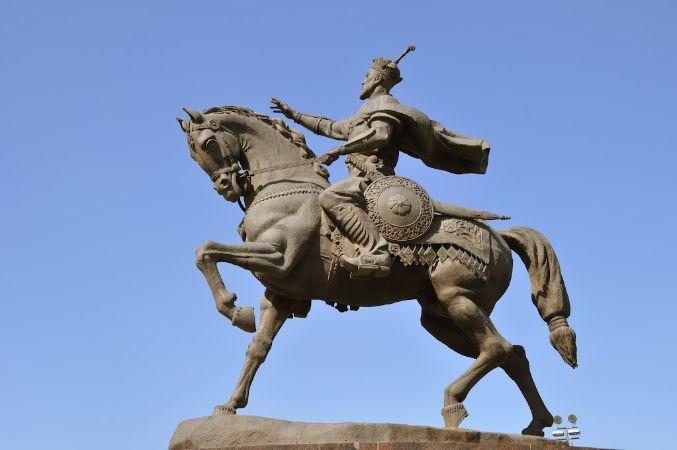 Amir Timur Meydanı'nda Timur Heykeli