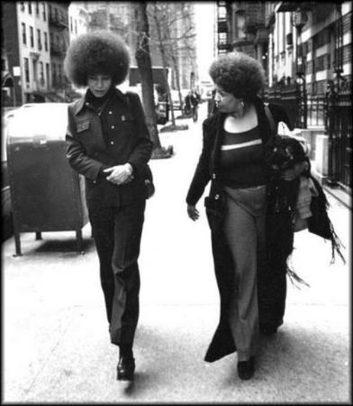 Eğitimci, yazar, aktivist Angela Davis ve Toni Morrison, 1974