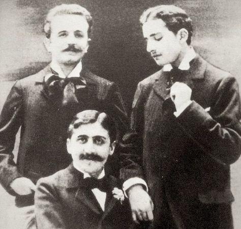 Marcel Proust (oturan), oyun yazarı, gazeteci Robert de Flers (solda), yazar Lucien Daudet