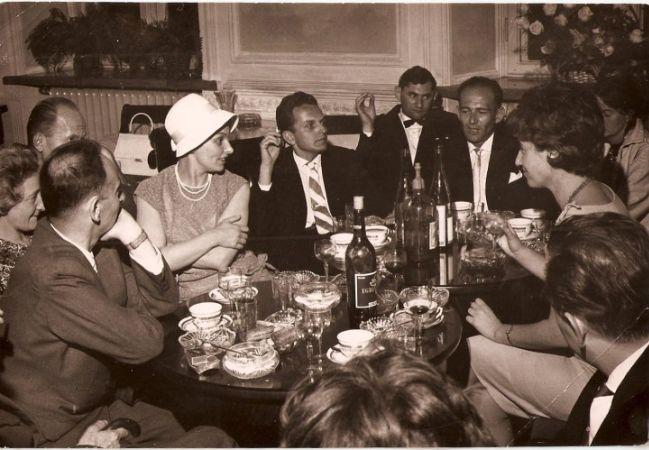 Zygmunt Bauman (sağda) arkadaşlarıyla, 1960