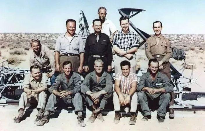Edwards Hava Kuvvetleri Üssü, California (Murphy, arka sırada ayakta olanların en başında)