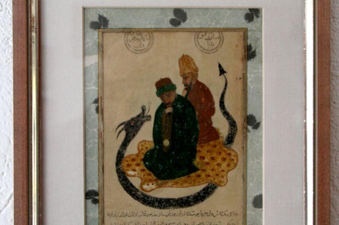 Resmin sağ üst köşesinde Osmanlıca, Sarı Saltuk Baba, sol tarafından ise Hünkar Hacı Bektaş Veli yazıyor, resmi yapan muhtemelen  hat sanatçısı Üsküdarlı Ahmed, 1651