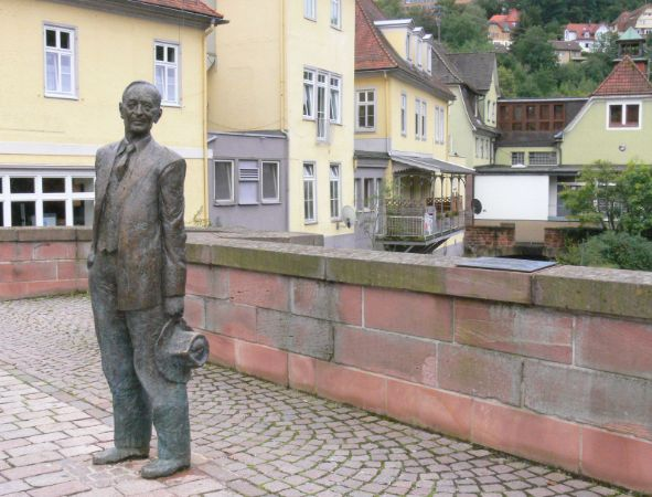 Kurt Tassotti'nin yaptğı Almanya Calw şehrinde Nikolausbrücke'de yer alan Herman Hesse Heykeli